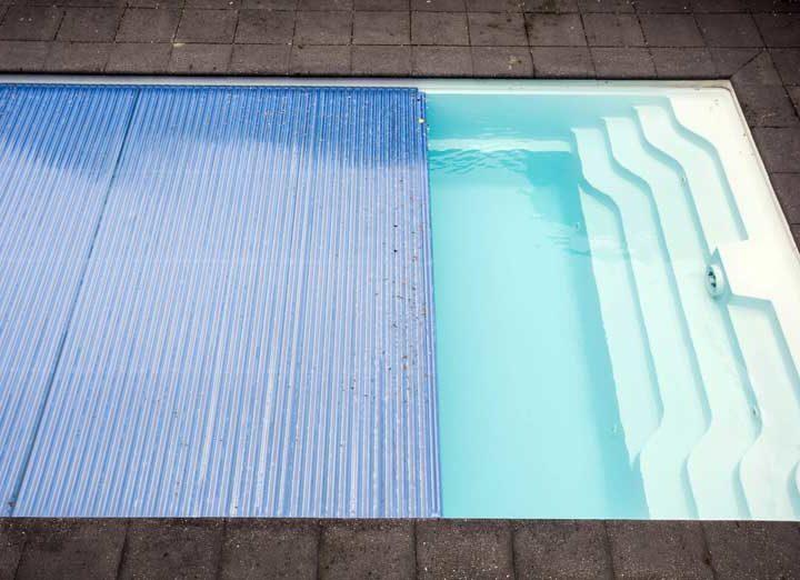 Solarplane für den Pool: Ist die Farbe entscheidend?